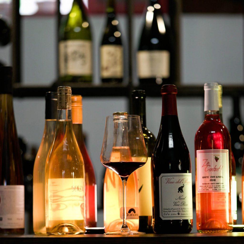 Carta de vinos naturales. Foto de diferentes vinos exclusivos naturales sobre una mesa