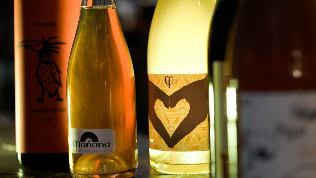 Fotografía de cerca de etiquetas de vinos en la enoteca de Garage Bar